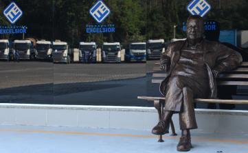 Transporte Excelsior instala estátua no Centro Corporativo em Homenagem ao Presidente Sérgio Loureiro